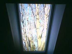 przestronne skośne okno